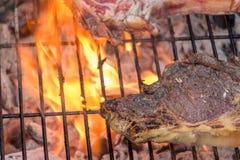 Bistecca della mucca sulla griglia del barbecue Fotografia Stock Libera da Diritti