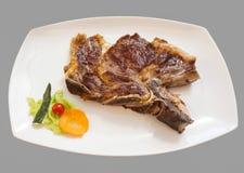 Bistecca di bistecca con l'osso arrostita e verdure, fine su Fotografia Stock