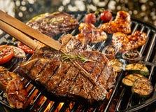 bistecca di bistecca con l'osso magra sana che griglia su un BBQ Immagini Stock