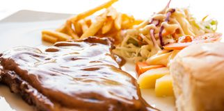 Bistecca di braciola di maiale con il sugo del pepe nero Immagine Stock Libera da Diritti