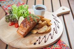 Bistecca di color salmone con il limone ed i rosmarini Fotografie Stock Libere da Diritti