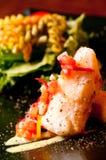 Bistecca di color salmone con insalata immagini stock libere da diritti