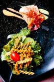 Bistecca di color salmone con maccheroni immagini stock