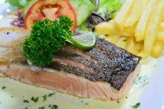 Bistecca di color salmone con salsa crema Immagini Stock