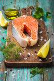 Bistecca di color salmone cruda fresca con le erbe Fotografia Stock