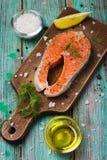 Bistecca di color salmone cruda fresca con le erbe e le spezie Fotografie Stock Libere da Diritti