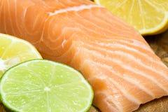 Bistecca di color salmone fresca Fotografie Stock