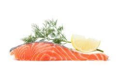 Bistecca di color salmone fresca con la fetta e l'aneto del limone fotografie stock libere da diritti
