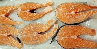 Bistecca di color salmone fresca su ghiaccio fotografia stock