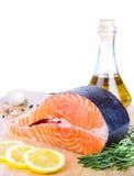 Bistecca di color salmone fresca sullo scrittorio di cottura di legno Fotografia Stock Libera da Diritti