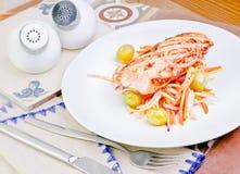 Bistecca di color salmone fritta con l'uva e lo zenzero marinati Fotografia Stock Libera da Diritti