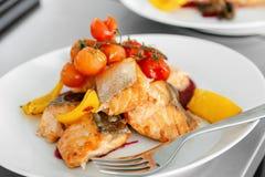Bistecca di color salmone grigliata con i peperoni Fotografie Stock