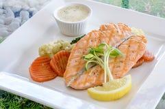 Bistecca di color salmone servita con la salsa di vino bianco Fotografia Stock Libera da Diritti