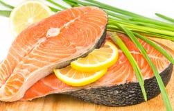 Bistecca di color salmone su un bordo di legno Immagini Stock Libere da Diritti