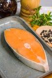 Bistecca di color salmone sul piatto del ferro fotografia stock libera da diritti