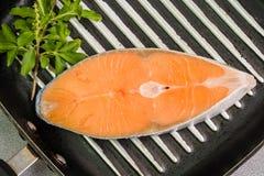 Bistecca di color salmone sulla pentola fotografia stock libera da diritti