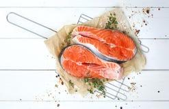 Bistecca di color salmone sulla tavola di legno bianca, vista superiore Immagine Stock Libera da Diritti