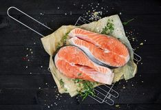 Bistecca di color salmone sulla vista di legno nera del piano d'appoggio Immagini Stock Libere da Diritti
