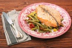 Bistecca di color salmone, verdure ed erbe Fotografia Stock Libera da Diritti