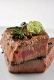 Bistecca di groppa cotta con rosmarino su una zolla Immagine Stock