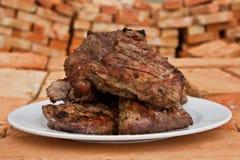 Bistecca di manzo appena preparato su una zolla Immagini Stock
