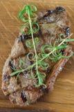 Bistecca di manzo arrostita con alcune verdure Fotografia Stock Libera da Diritti