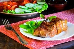 Bistecca di manzo arrostita con insalata e salsa sulla tavola di legno Immagini Stock
