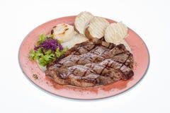 Bistecca di manzo arrostita con le patate e l'insalata cotte a vapore Immagine Stock Libera da Diritti