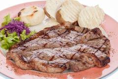 Bistecca di manzo arrostita con le patate e l'insalata cotte a vapore Immagini Stock