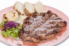 Bistecca di manzo arrostita con le patate e l'insalata cotte a vapore Immagini Stock Libere da Diritti