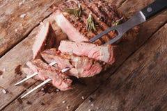Bistecca di manzo arrostita con una forcella per la carne vista superiore orizzontale Immagine Stock
