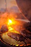 Bistecca di manzo arrostita deliziosa con fuoco su fondo Immagini Stock Libere da Diritti