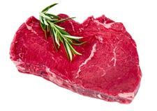 Bistecca di manzo britannica, rosmarino Pronto da cucinare Isolato su priorità bassa bianca Fotografie Stock Libere da Diritti