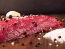 Bistecca di manzo con gli ingredienti Fotografie Stock