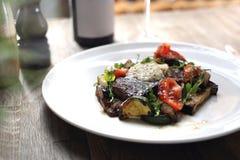 Bistecca di manzo con il burro di erba e le verdure arrostite fotografie stock libere da diritti