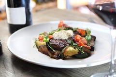 Bistecca di manzo con il burro di erba e le verdure arrostite fotografie stock