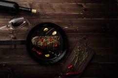 Bistecca di manzo con le erbe ed i peperoncini rossi, foto del prodotto Fotografia Stock