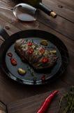 Bistecca di manzo con le erbe ed i peperoncini rossi, foto del prodotto Immagine Stock Libera da Diritti