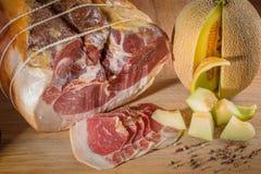 Bistecca di manzo con le spezie ed i condimenti e pezzi affettati di yello Fotografia Stock