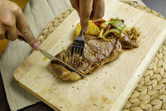 Bistecca di manzo cotta immagini stock