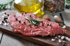 Bistecca di manzo cruda Immagini Stock Libere da Diritti