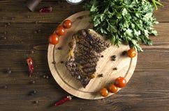 Bistecca di manzo cucinata sul bordo di legno su fondo di legno Immagini Stock