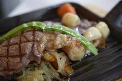 Bistecca di manzo del pepe servita con la verdura Immagini Stock