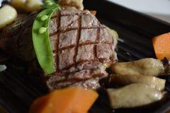 Bistecca di manzo del pepe servita con la verdura Fotografia Stock Libera da Diritti