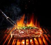 Bistecca di manzo di entrecôte sulla griglia con i rosmarini immagini stock