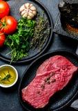 Bistecca di manzo fresca della carne cruda Filetto di manzo, spezie, erbe e coltelleria d'annata Priorità bassa dell'alimento con fotografia stock libera da diritti