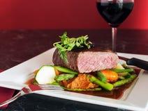 Bistecca di manzo pranzante fine con le verdure Immagini Stock