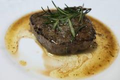 Bistecca di manzo su un piatto bianco Fotografie Stock Libere da Diritti