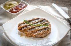 Bistecca di manzo sul piatto del quadrato bianco Immagine Stock