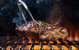 Bistecca di manzo sulla griglia Fotografia Stock